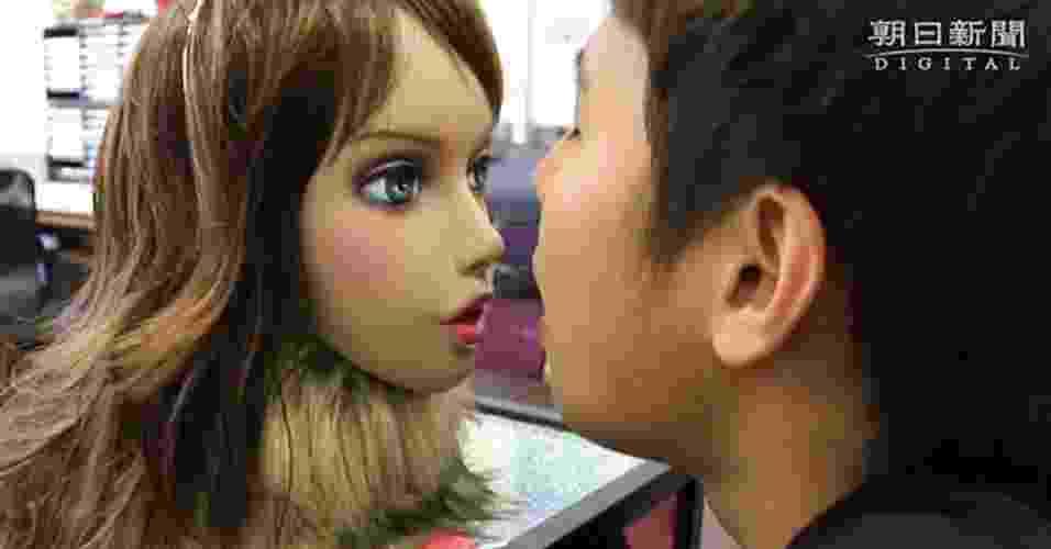 """8.mai.2013 - Com formato da cabeça de uma mulher, Kaori  é capaz de analisar e quantificar os componentes no mau hálito, avaliando o cheiro em uma escala de quatro níveis. Dependendo do resultado, o robô ainda reage com ironia, dizendo ao usuário que """"não dá para suportá-lo"""". O protótipo foi desenvolvido pela empresa japonesa CrazyLabo em parceria com Instituto de Tecnologia da Universidade de Kitakyushu - Reprodução"""