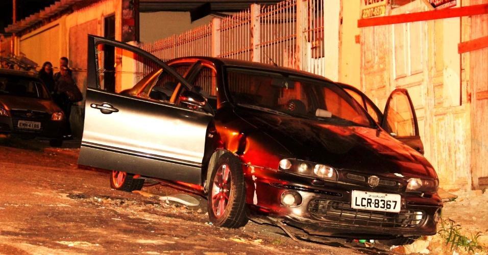 8.mai.2013 - Dois homens foram encontrados mortos dentro de um carro na rua Igarai Medeiros, na zona norte de São Paulo. De acordo com a polícia, um deles já havia sido preso
