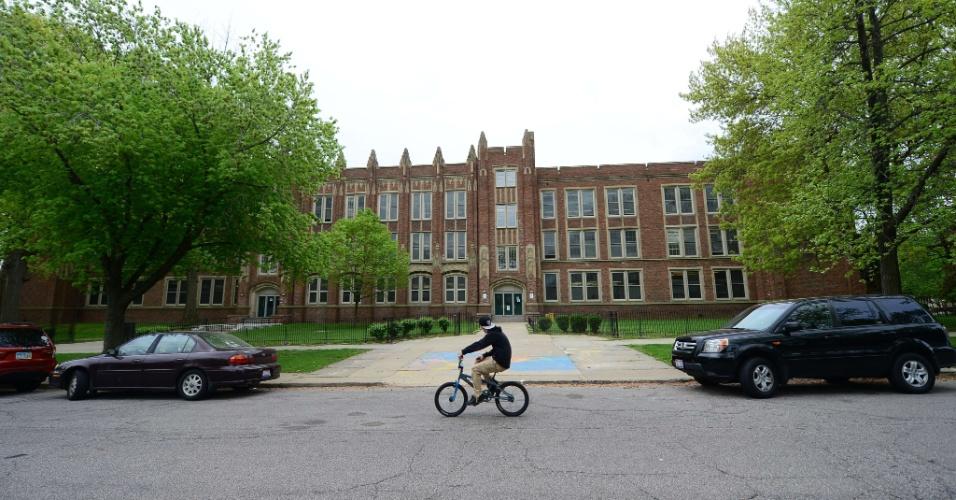 8.mai.2013 - Garoto anda de bicicleta em frente à Escola Primária Wilbur Wright, em Cleveland, Ohio (EUA), onde Gina DeJesus estudava há dez anos, antes de ser sequestrada. Ela, Amanda Berry e Michelle Knight, foram encontradas no sul da cidade norte-americana. Segundo a polícia, três irmãos hispânicos foram detidos pela relação com o sequestro