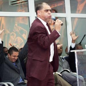 O pastor Marcos Pereira da Silva participa de culto da igreja evangélica Assembléia de Deus dos Últimos Dias, no bairro de Édem, em São João de Meriti