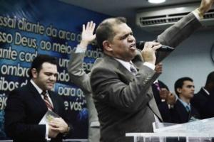 Em foto de arquivo, o pastor Marcos Pereira participa de culto da igreja evangélica Assembleia de Deus dos Últimos Dias, no Rio de Janeiro