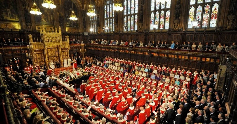 8.mai.2013 - Parlamentares participam da cerimônia de abertura do Parlamento inglês na Câmara dos Lordes, em Londres, nesta quarta-feira (8). A rainha Elizabeth 2ª (no canto esquerdo) pediu em seu discurso ações para diminuição da imigração