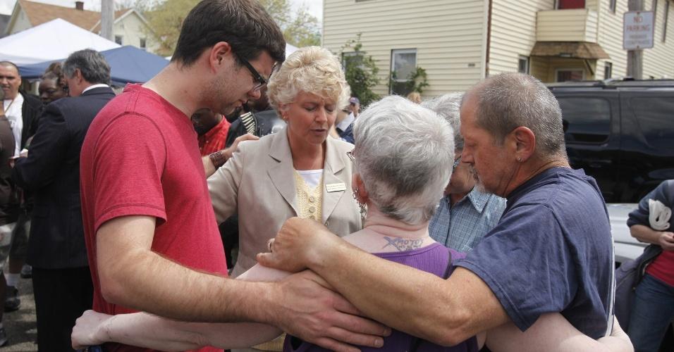 8.mai.2013 - Vizinhos rezam na rua onde Amanda Berry, Gina DeJesus e Michelle Knight foram encontradas com vida após sequestro que durou dez anos em Cleveland, Ohio (EUA)