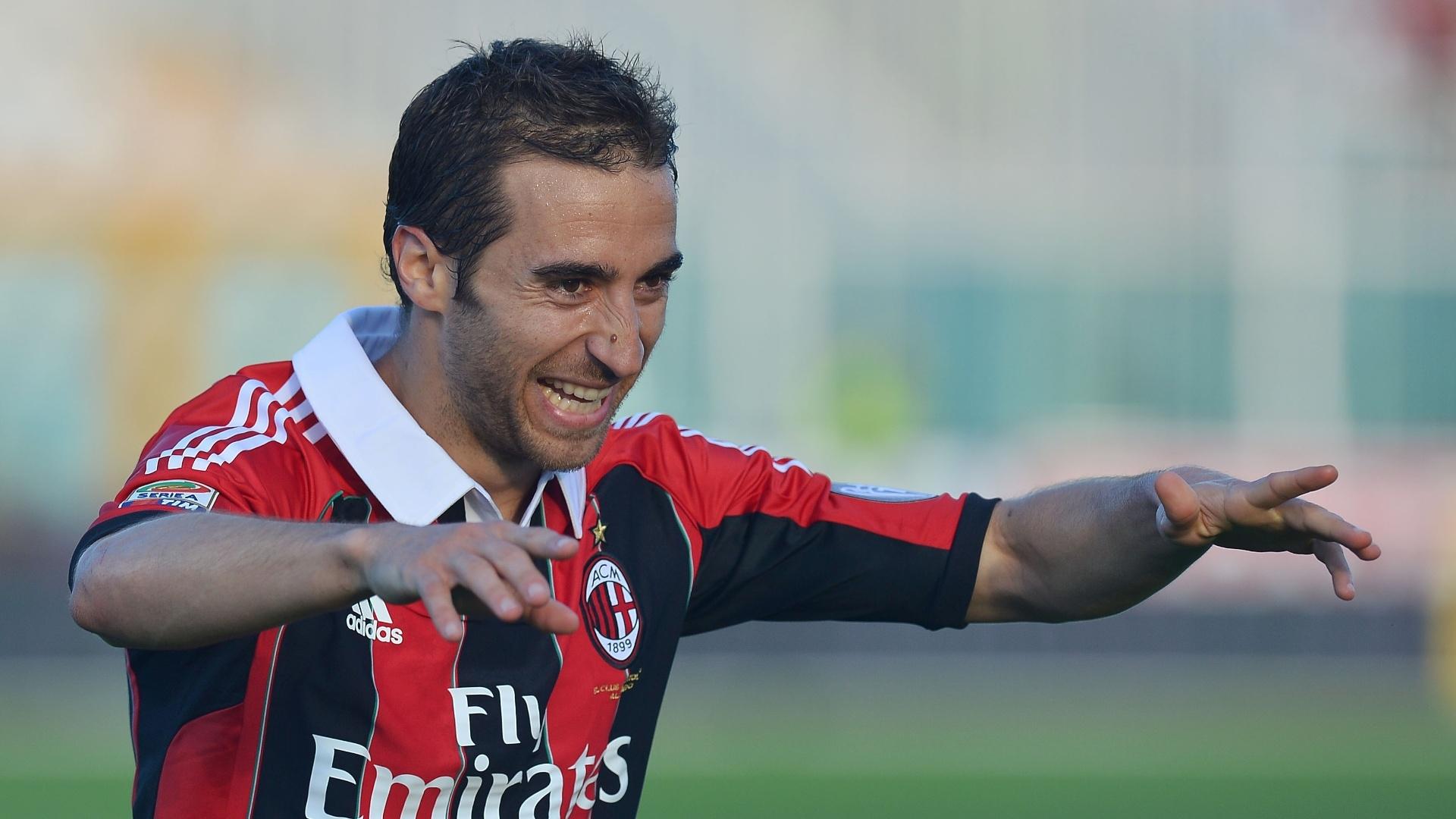 8.mai.2013 - Volante Flamini comemora seu gol na partida entre Milan e Pescara