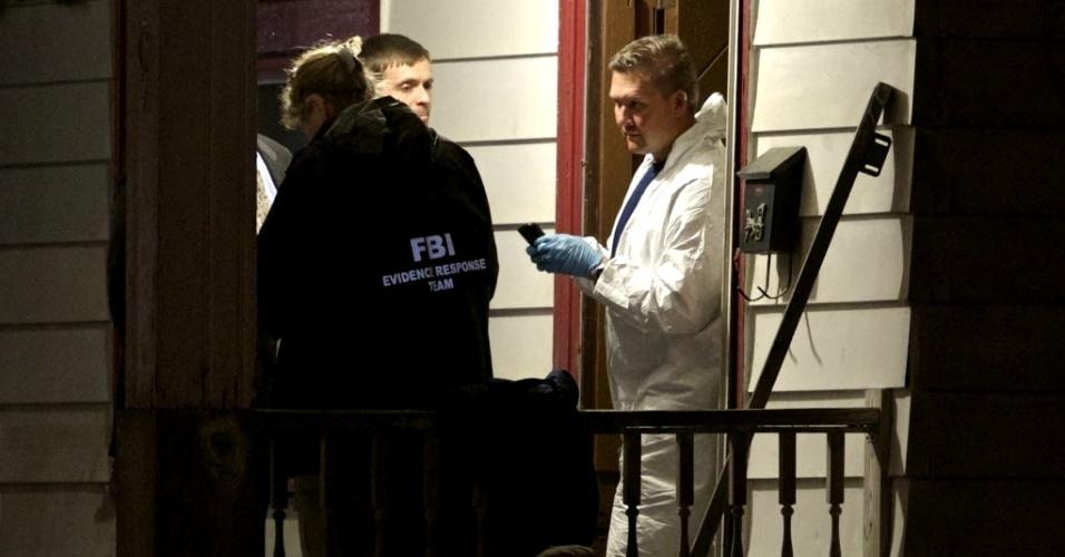 8.maio.2013 - Agentes do FBI (polícia federal norte-americana) fazem buscas em casa onde três mulheres que estavam desaparecidas foram encontradas com vida após quase dez anos em Cleveland, em Ohio (EUA). A polícia busca pistas que expliquem como elas foram mantidas em cativeiro por tanto tempo sem que ninguém percebesse. As jovens foram ouvidas nesta terça-feira. Os três homens detidos suspeitos pelos sequestros serão interrogados nesta quarta-feira (8)