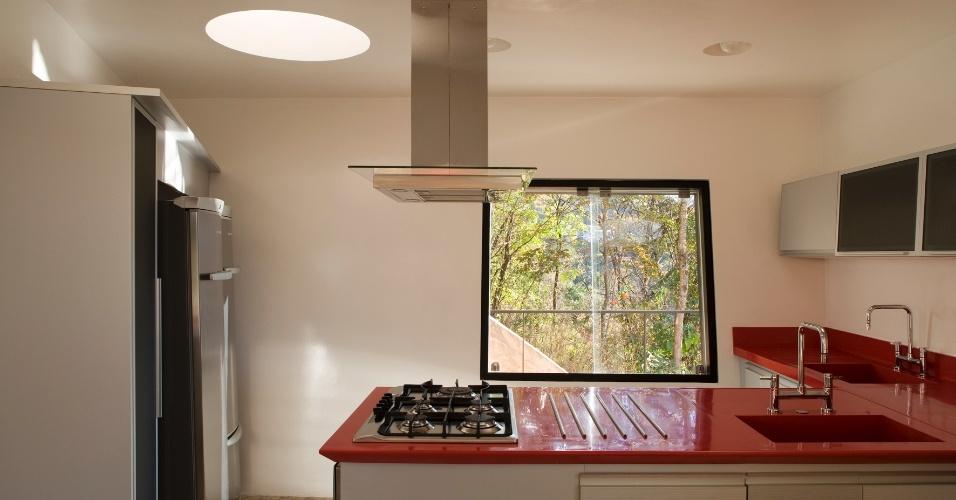 A cozinha da Casa PL, com arquitetura de Fernando Maculan e Pedro Morais, tem luz natural farta, que entra a partir de janelas de alumínio (Metalfer) e redomas de policarbonato translúcido sobre a cobertura (
