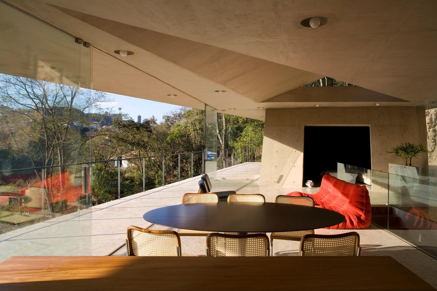 A iluminação (Interpam) compõe sistema simples e inteligente usado por Oscar Niemeyer em projetos como o Cassino da Pampulha (hoje Museu de Arte da Pampulha). Econômica, a solução consiste em moldar as entradas para as lâmpadas inserindo calotas (15 cm de profundidade por 30 cm de diâmetro), antes mesmo de concretar a laje. Assim, a própria cobertura já é executada com cuidado aos pontos exatos onde lâmpadas serão colocadas.  A Casa PL é assinada por Fernando Maculan e Pedro Morais