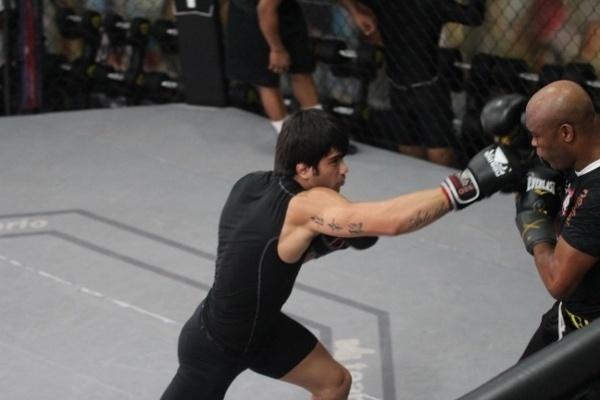 Ao lado do também lutador do UFC Erick Silva, Silva afiou seu boxe aos cuidados do treinador Edelson Silva