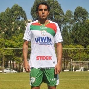 Diogo apresenta o novo uniforme branco da Portuguesa para 2013
