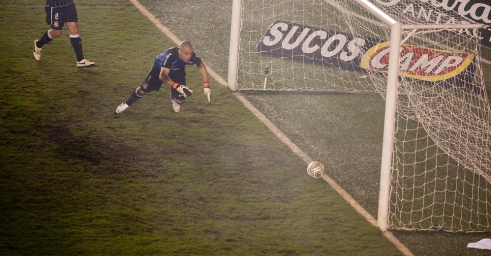Júlio César, goleiro do Corinthians, se esforça para evitar o gol de Neymar na final do Campeonato Paulista de 2011, contra o Santos