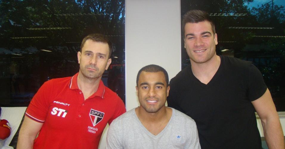 Lucas faz fisioterapia no Reffis do São Paulo sob supervisão de Cyril Praud (dir.), fisioterapeuta do PSG