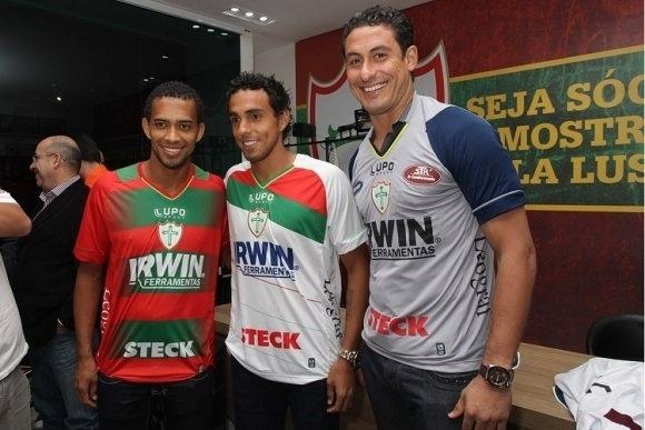 Luis Ricardo, Diogo e Lauro, que foi apresentado como novo reforço, posam com as novas camisas da Portuguesa