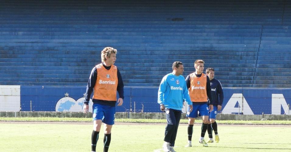Técnico Vanderlei Luxemburgo (c) treinou defesa do Grêmio antes de enfrentar o Santa Fé com Gabriel (e) e Bressan (d de laranja) antes da viagem para a Colômbia (08/05/2013)