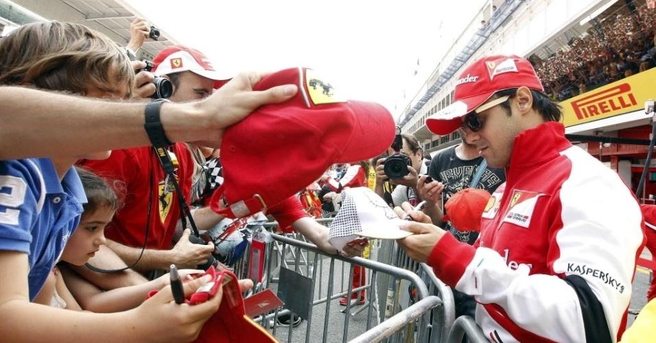 09.mai.2013 - Felipe Massa concede autógrafos a fãs que foram ao circuito de Barcelona