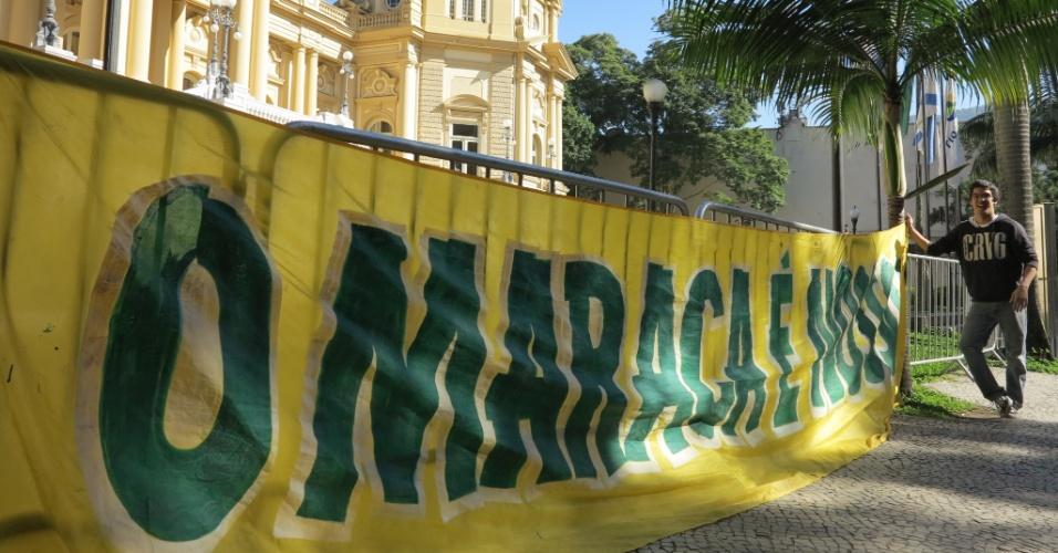 09.mai.2013 - Manifestantes protestam em frente ao Palácio da Guanabara contra a privatização do estádio do Maracanã. O Consórcio Maracanã SA, do empresário Eike Batista, é o favorito.