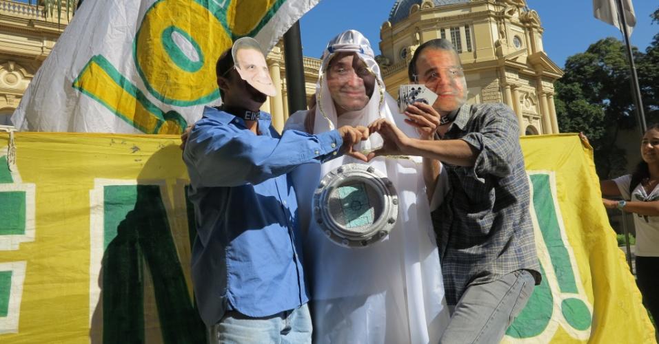 09.mai.2013 - Manifestantes usaram máscaras do governador Sérgio Cabral, do prefeito Eduardo Paes e do empresário Eike Batista em protesto em frente ao Palácio da Guanabara contra a privatização do estádio do Maracanã.
