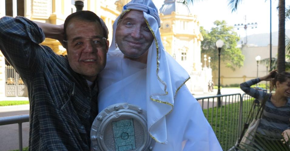 09.mai.2013 - Manifestantes usaram máscaras do governador Sérgio Cabral e do empresário Eike Batista em protesto em frente ao Palácio da Guanabara contra a privatização do estádio do Maracanã.