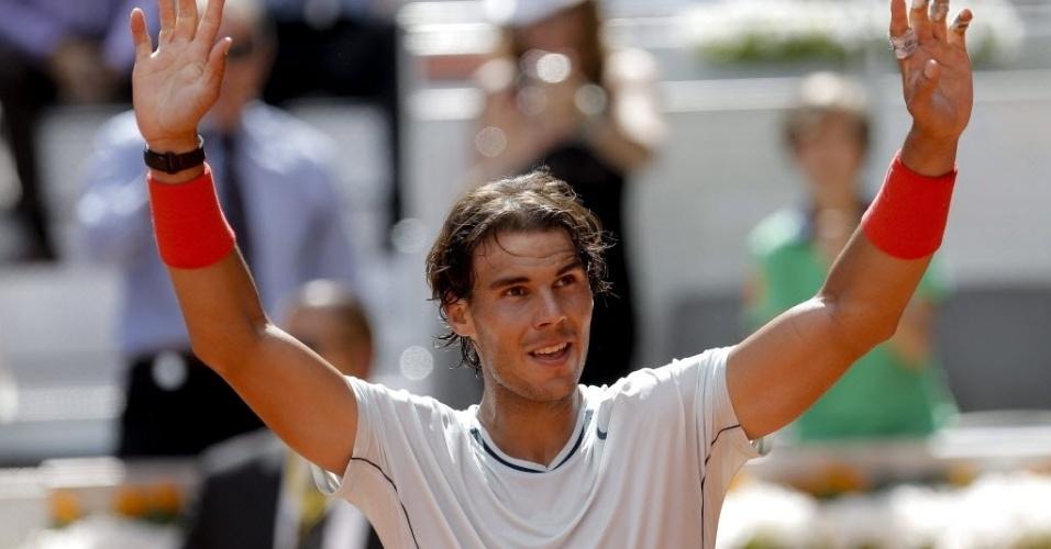 09.mai.2013 - Rafael Nadal acena para a torcida espanhola após derrotar Mikhail Youzhny e se garantir nas quartas de final em Madri