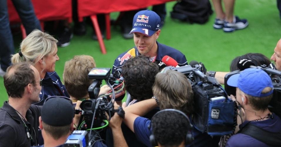 09.mai.2013 - Sebastian Vettel é cercado por repórteres no paddock do circuito da Catalunha