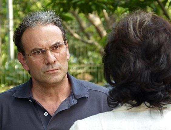 """8.mai.2013 - Em """"Sangue Bom"""", Wilson procura Glória para saber onde esposa e filho foram enterrados"""