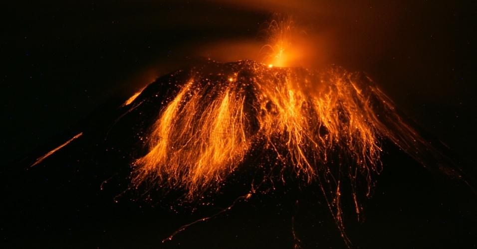 8.mai.2013 - Vulcão Tungurahua expele fumaça e cinzas em Quito, no Equador