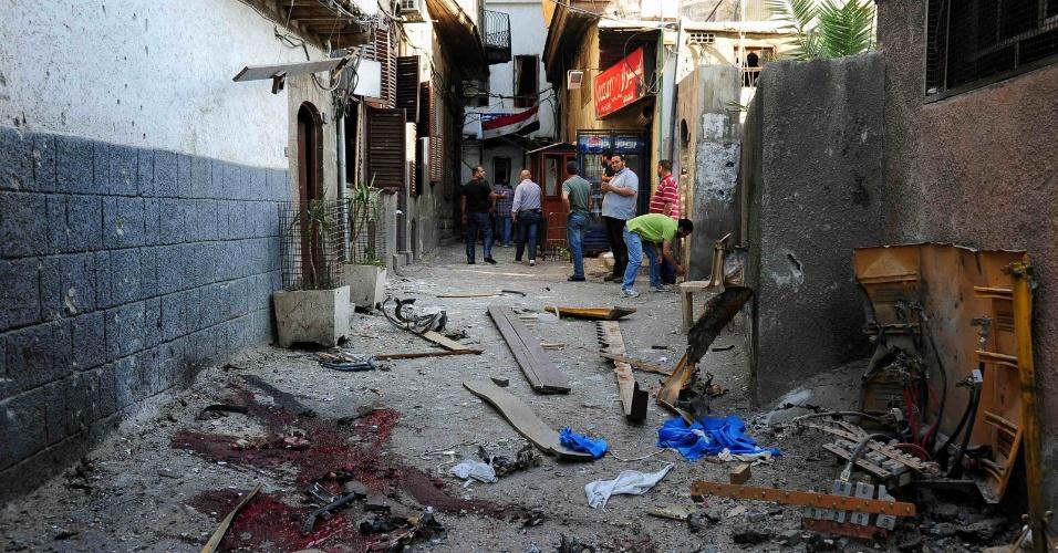 9. mai.2013 - Destroços e sangue ficam em rua após bombardeios que mataram duas pessoas e feriram dez em Damasco, na Síria, nesta quinta-feira (9)