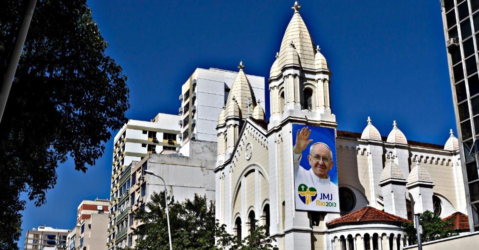 9. mai.2013 - Cartaz da Jornada Mundial da Juventude com foto do papa Francisco é colocado na fachada da Igreja Nossa Senhora da Paz, em Ipanema, na zona sul do Rio de Janeiro, nesta quinta-feira (9). Ele visitará o Brasil de 22 a 29 de julho