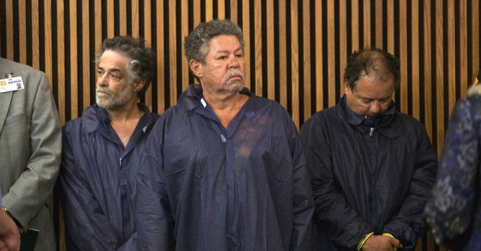 9.abr.2013 - Da esquerda para a direita, Onil Castro, Pedro Castro e Ariel Castro, suspeitos de sequestrar e manter em cativeiro três mulheres em Cleveland, Ohio, por dez anos, comparecem em primeira audiência sobre o caso no tribunal de Cleveland, nesta quinta-feira (9)