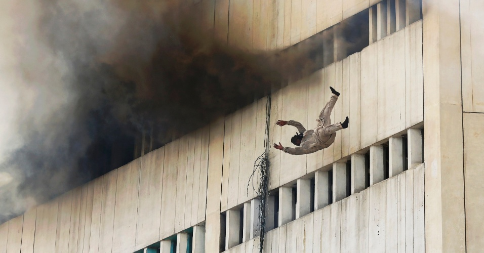 9.mai.2013 - Homem se joga de prédio incendiado na cidade de Lahore, no leste do Paquistão, nesta quinta-feira (9). Pelo menos duas pessoas morreram após se jogar do prédio em chamas, informou à Agência EFE uma fonte policial. Trinta pessoas conseguiram se livrar do fogo ao subir para o terraço do edifício, onde foram resgatados por helicópteros