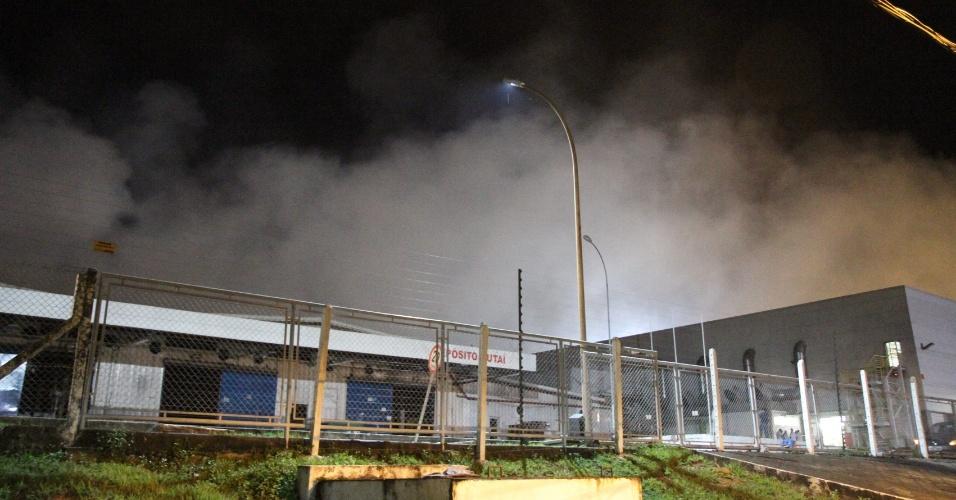 9.mai.2013 - Incêndio destrói depósito da fabricante de motos Honda em Manaus, na noite de quarta-feira (8). O fogo atingiu um dos galpões da empresa Moto Honda Componentes da Amazônia, localizada na zona sul da capital. O incêndio se alastrou pelo galpão Jutaí em uma área total de 1.600 m². Doze carros do Corpo de Bombeiros foram acionados e conseguiram controlar o fogo por volta das 2h. Ninguém ficou ferido