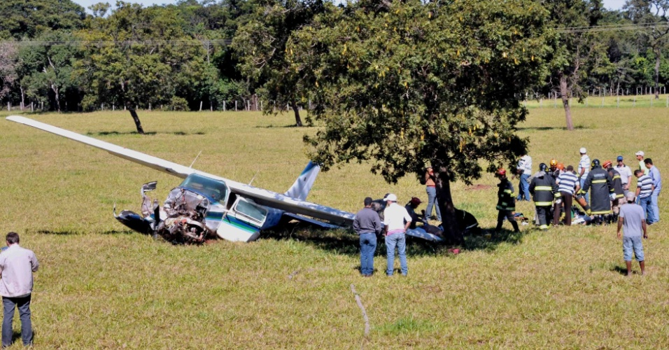 9. mai.2013 - Um avião Cessna 210 caiu, já em manobra de pouso, a 500 metros da pista do aeroporto Santa Maria, em Campo Grande.  Avô e neto estavam a bordo, sofreram fraturas nas pernas e no rosto e foram levados para o hospital, sem risco de morte
