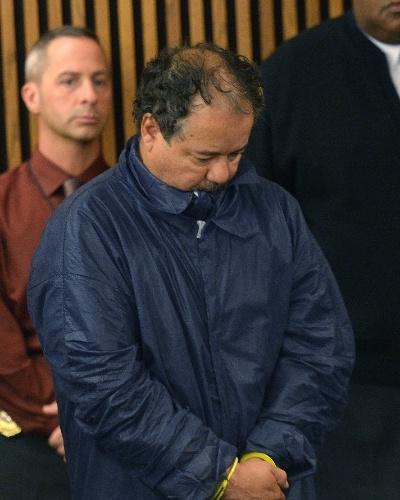 9.mai.2013 - Ariel Castro, 52, acusado pelo sequestro de três mulheres em Cleveland, no Ohio (EUA), comparece em primeira audiência sobre o caso na Corte Municipal de Justiça da cidade nesta quinta-feira (9). Ele permaneceu de cabeça baixa e não fez nenhuma declaração.A Corte estabeleceu fiança de US$ 2 milhões para cada caso