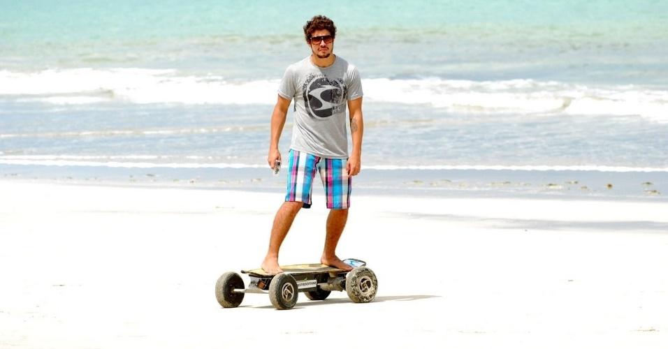 9.mai.2013 - Caio Castro fez ensaio para uma grife de roupas masculinas na praia dos Carneiros, litoral sul de Pernambuco
