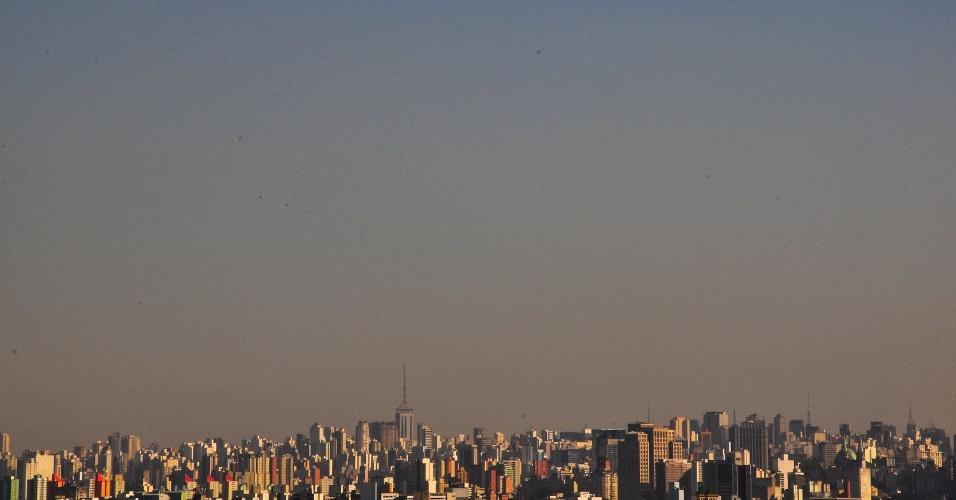 9.mai.2013 - Camada de poluição encobre região central de São Paulo, na tarde desta quinta-feira (9)