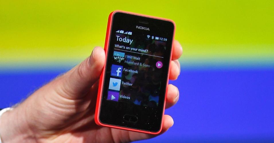 9.mai.2013 - Em evento realizado em Nova Déli (Índia), a Nokia apresentou o aparelho celular Asha 501. É possível definir o aparelho como um celular convencional que quer ser um smartphone básico. Ele tem uma câmera de 3,2 megapixels, tela touchscreen de 3 polegadas e se conecta à internet por meio de rede 2G e Wi-Fi