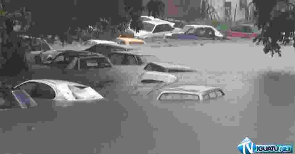 9.mai.2013 - Em Iguatu, no Ceará, foi registrado o maior acumulado de chuvas do ano. Das 21 horas do dia 8 até às 8 horas da manhã do dia 9 foram registrados 124,8mm de chuva, valor acima da média do mês, que é de 101,9mm. Em todos os meses de 2013 as precipitação foram abaixo da média. As imagens são da Vila Neuma, onde vários veículos de uma oficina ficaram submersos na manhã desta quinta-feira (9) - Reprodução/Iguatu.net