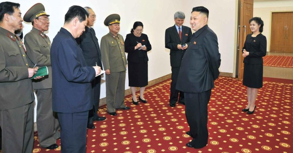 """9.mai.2013 - Líder norte-coreano, Kim Jong-Un, e sua mulher (à direita) visitam a companhia musical Eunhasu, na Coreia do Norte, em foto divulgada nesta quinta-feira (9) pelo jornal """"Rodong Sinmun"""", de data e lugar não especificados"""