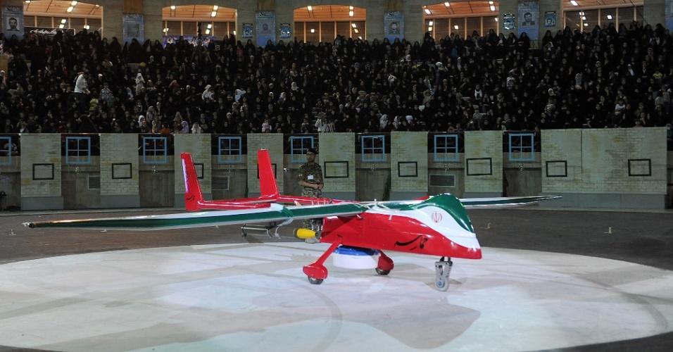 """9.mai.2013 - Foto divulgada pela agência de notícias iraniana Isna mostra avião não tripulado de ataque chamado de """"Epic"""", que foi apresentado nesta quinta-feira (9) pelo governo do Irã. A aeronave é capaz de realizar missões de reconhecimento e de ataque, segundo a Mehr, outra agência de notícias local. As autoridades do país garantiram à rede de televisão oficial iraniana em inglês, a """"PressTV"""", que o avião é invisível a radares"""