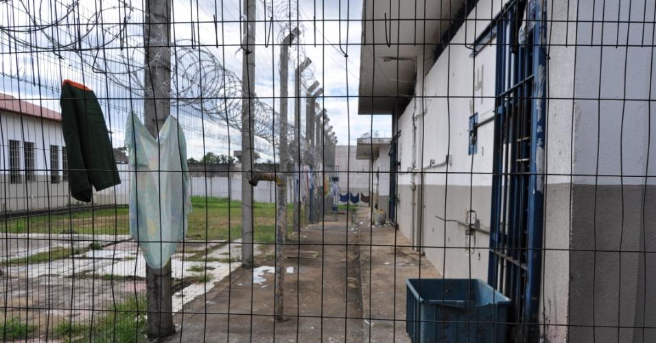 9.mai.2013 - Grades e arame farpado separam pavilhões do presídio Urso Branco, em Rondônia, se restinge a cercas e arame farpado. A Comissão de Direitos Humanos da Ordem dos Advogados do Brasil, seccional de Rondônia, investiga supostas irregularidades no local, que há 11 anos foi palco de uma chacina que resultou na morte de 30 presos e, atualmente, abriga mais de 700 homens. Entidades acreditam que a unidade penitenciária pode se transformar no novo Carandiru