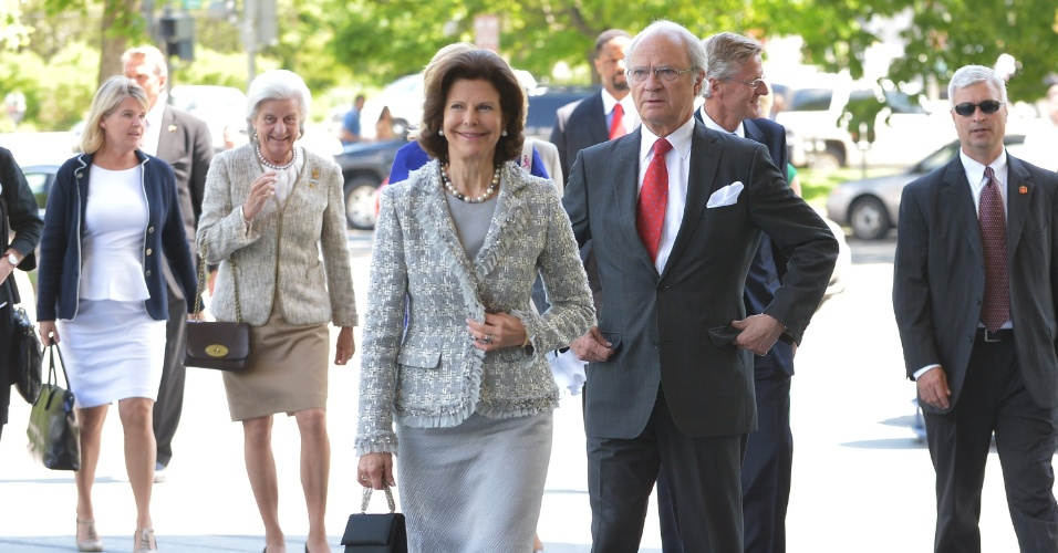 9.mai.2013 - Os reis da Suécia, Carl Gustaf e Silvia visitaram nesta quinta-feira (9) o Congresso dos EUA, onde almoçaram com vários congressistas após uma visita à histórica biblioteca anexa ao edifício, na qual puderam contemplar exemplares originais dos antigos tratados entre ambos os países