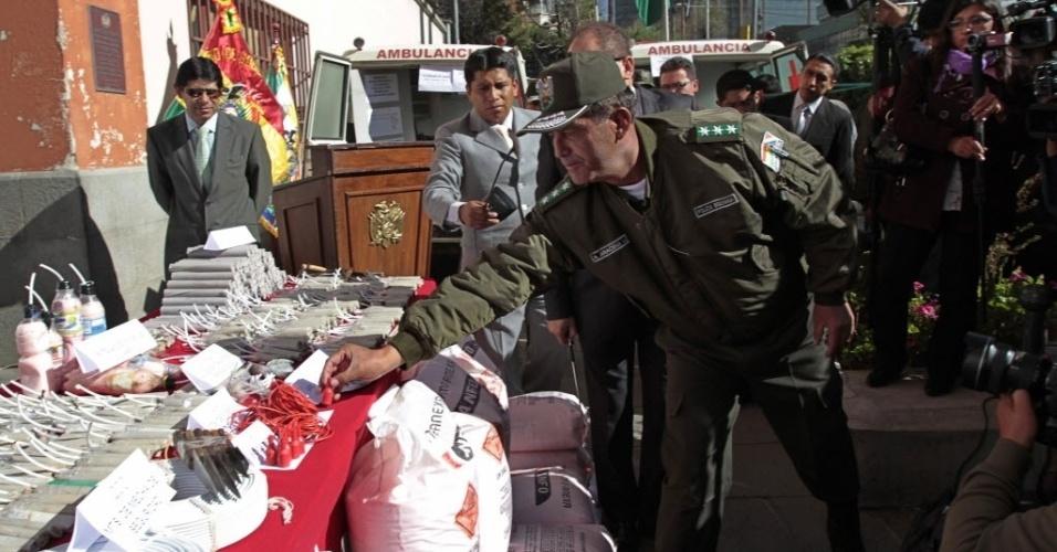 9.mai.2013 - Polícia boliviana mostra parte dos explosivos confiscados de manifestantes durante confrontos entre mineiros e policiais em Caihuasi, cerca de 230 quilômetros ao sul de La Paz, na Bolívia, nesta quinta-feira (9). O Sindicato dos Trabalhadores da Bolívia (COB) mantem uma greve geral com bloqueio de estradas durante o quarto dia de protestos exigindo que o governo do presidente da Bolívia, Evo Morales, aumente o salário de aposentadoria no país