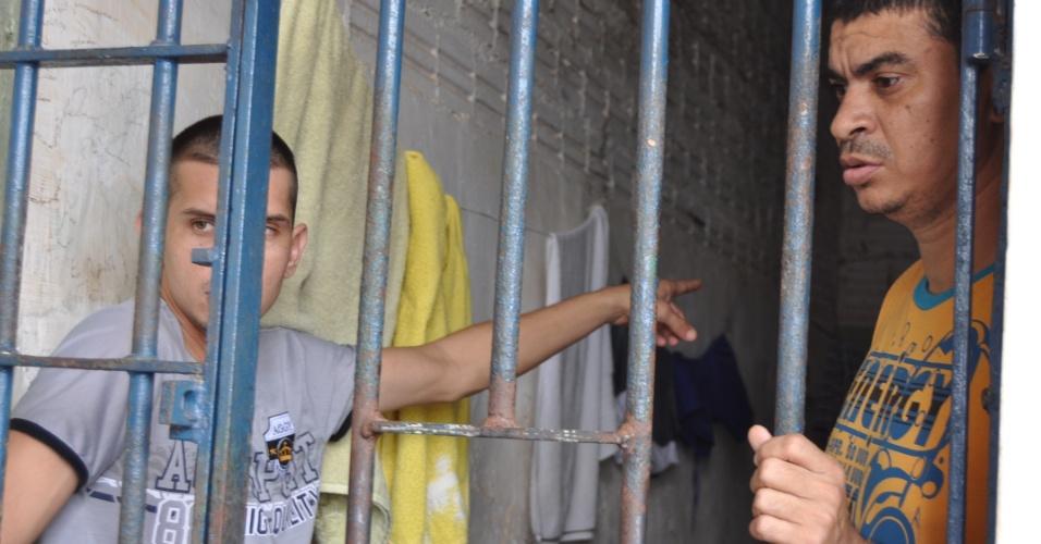 9.mai.2013 - Preso aponta para problema no presídio Urso Branco, em Rondônia. A Comissão de Direitos Humanos da Ordem dos Advogados do Brasil, seccional de Rondônia, investiga supostas irregularidades no local, que há 11 anos foi palco de uma chacina que resultou na morte de 30 presos e, atualmente, abriga mais de 700 homens. Entidades acreditam que a unidade penitenciária pode se transformar no novo Carandiru