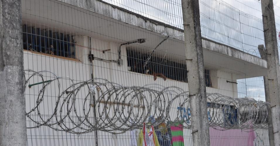 9.mai.2013 - Segurança em presídio Urso Branco, em Rondônia, se restinge a cercas e arame farpado. A Comissão de Direitos Humanos da Ordem dos Advogados do Brasil, seccional de Rondônia, investiga supostas irregularidades no local, que há 11 anos foi palco de uma chacina que resultou na morte de 30 presos e, atualmente, abriga mais de 700 homens. Entidades acreditam que a unidade penitenciária pode se transformar no novo Carandiru