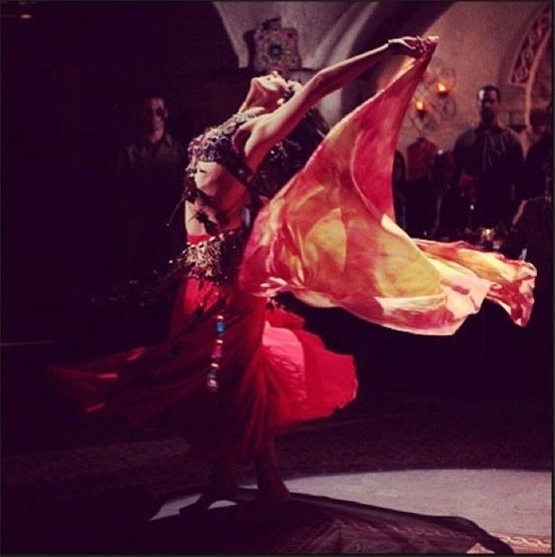 """9.mai.2013 - Tânia Khalil, a Ayla de """"Salve Jorge"""", publica foto sua encenando a dança turca. Na trama ela interpreta uma turca"""