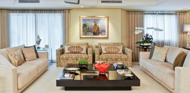 A arquiteta Cynthia Pimentel Duarte repaginou o living social com tecidos nas cortinas, sofás e almofadas - Divulgação
