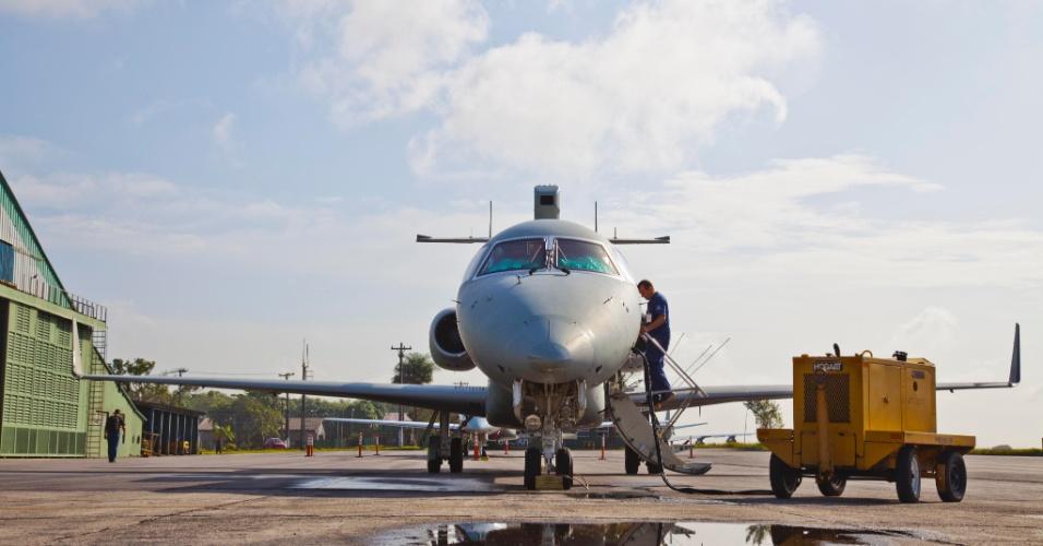 Ao avião radar E 99, que terá a missão de reconhecer aeronaves indesejadas no espaço aéreo brasileiro