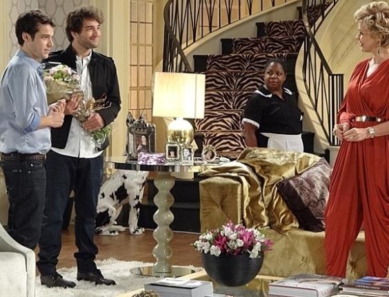 """Em """"Sangue Bom"""", Fabinho aparece na casa de Amora e estraga jantar da jovem com a família de Murilo"""