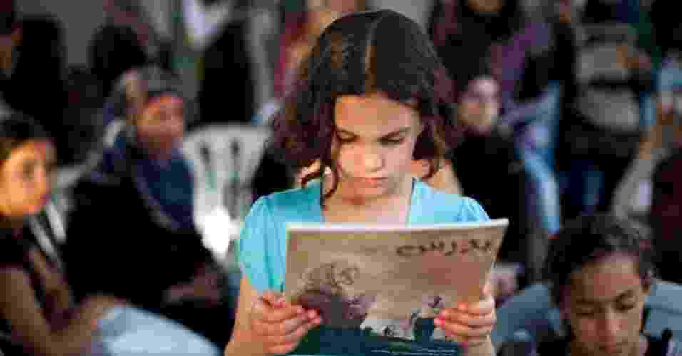 """Garota lê a graphic novel """"Budrus"""", que fala sobre o papel da mulher na sociedade - Oren Ziv/Activestills.org"""
