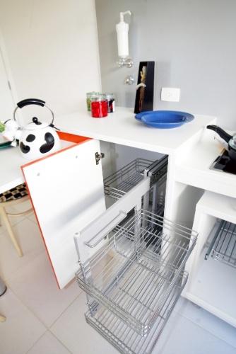 Na cozinha projetada pela arquiteta Sandra Perito, os armários são baixos e equipados com aramados que ficam visíveis ao cadeirante
