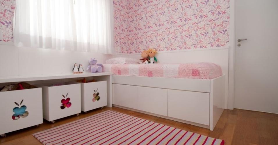 No quarto infantil, projetado por Cristiane Schiavoni, os módulos com rodízios liberam o vão da bancada que tem altura adequada para uma criança. Aqui, a circulação também foi privilegiada